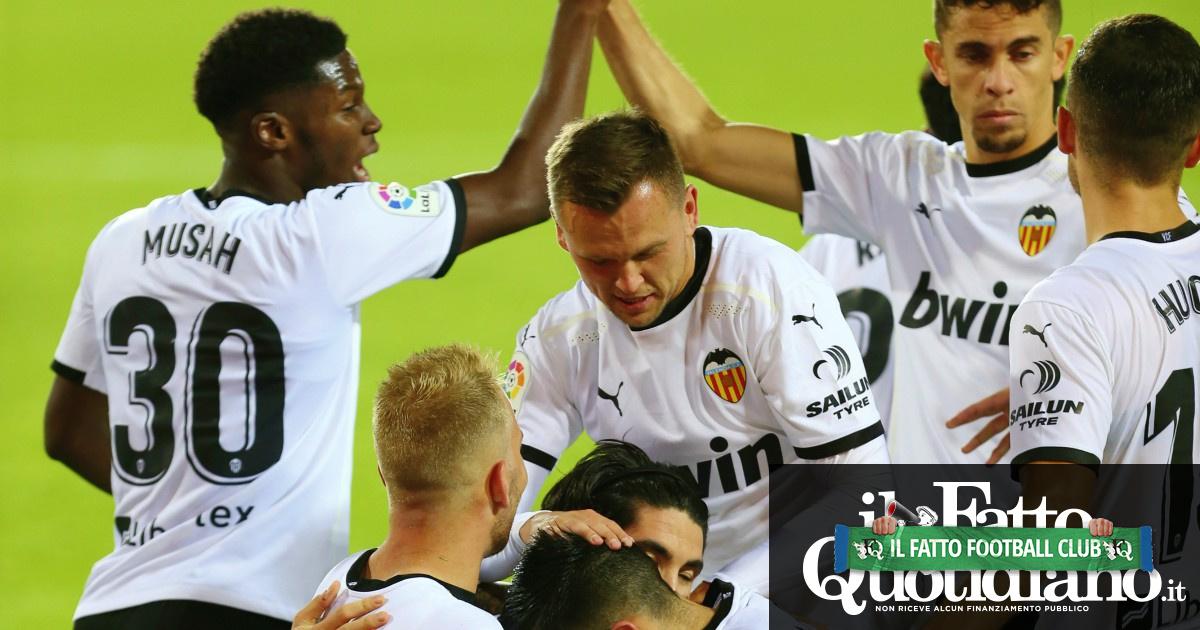 Valencia, tra un calciomercato folle e l'allenatore costretto a restare in panchina: perché il club rischia un incubo senza fine