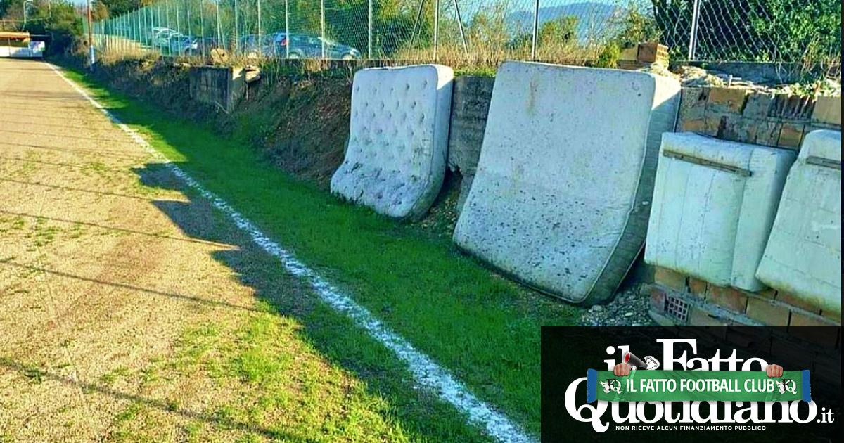Domeniche Bestiali – La Toscana selvaggia alla caccia degli arbitri. E il campo sportivo diventa un deposito di materassi