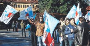 I sindacati di polizia hanno manifestato davanti alla villa di Berlusconi