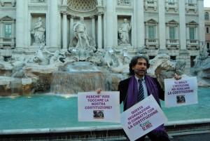Gianfranco Mascia durante il blitz costituzionale alla Fontana di Trevi