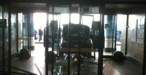 Malpensa sfonda vetrata dell 39 aeroporto e minaccia gli - Porta garibaldi malpensa terminal 2 ...