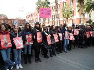 """Né coccodè né co.co.pro.: un cartello alla manifestazione """"Se non ora quando?"""" per la dignità delle donne"""