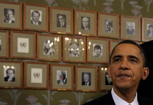 Il presidente Obama siede di fronte alle foto dei precedenti Nobel per la Pace durante una cerimonia all'Istituto Nobel Norvegese di Oslo il 10 dicembre 2009 (AP Photo/Susan Walsh).
