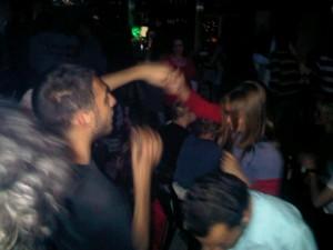 Giovani palestinesi ballano in un pub nella notte di Ramallah