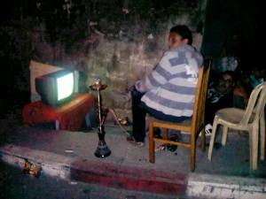 Ragazzi palestinesi guardano la partita per strada a Ramallah