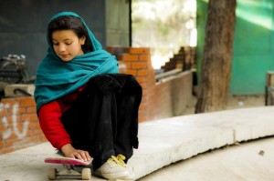 Bambina su uno skateboard