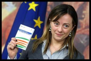 Il ministro della Gioventù Giorgia Meloni con una copia della Costituzione