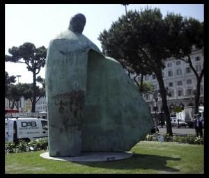 La statua di Giovanni Paolo II alla stazione Termini di Roma