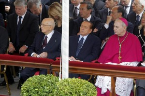 Berlusconi si appisola durante la beatificazione di Papa Wojtyla