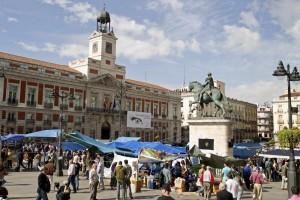 La protesta giovanile alla Puerta del Sol di Madrid