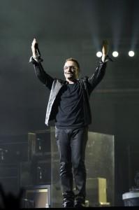 Bono Vox sul palco durante un concerto degli U2