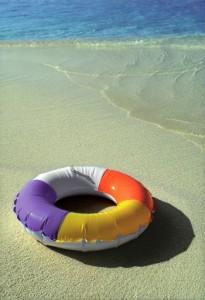 Ciambella salvagente in riva al mare