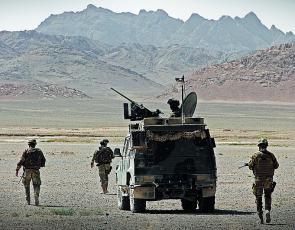 Soldati italiani cercano mine in Afghanistan