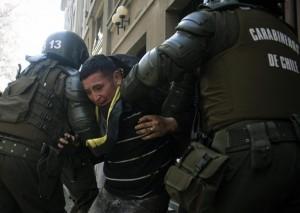 I carabineros fermano uno studente durante le proteste di Santiago del Cile