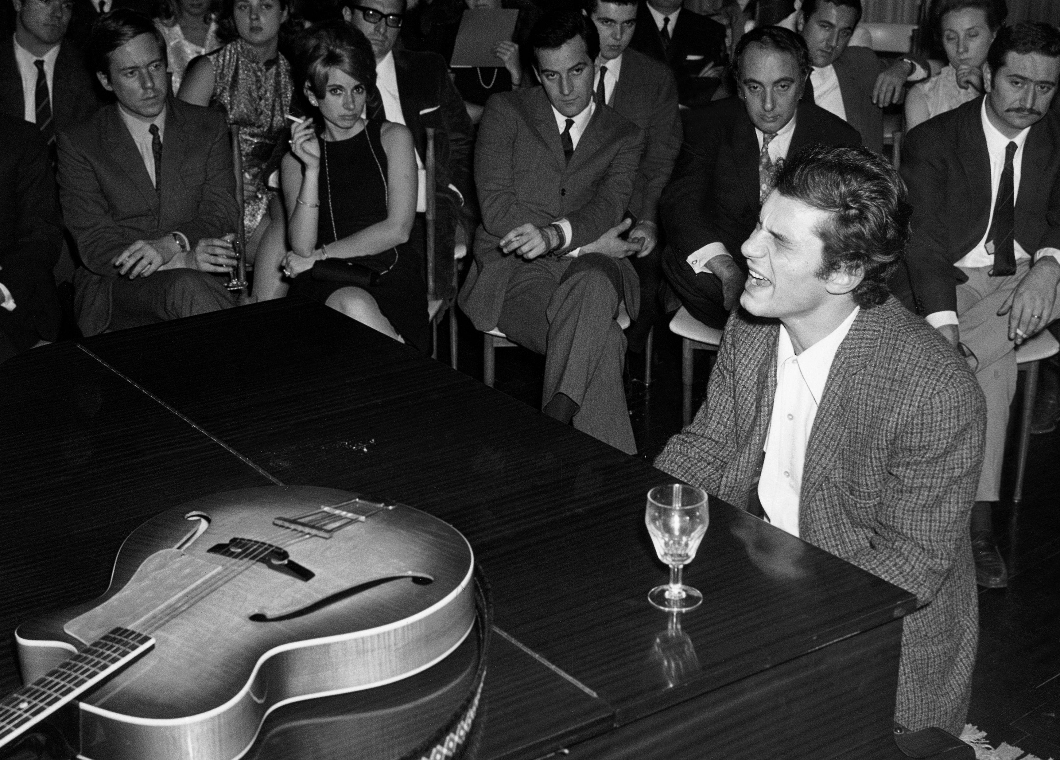 Luigi Tenco si esibisce a Torino nel 1966 (FOTO LAPRESSE)