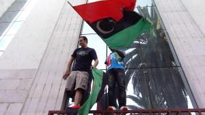 due ragazzi libici mutilati festeggiano la morte di Gheddafi all'ambasciata di Tunisi