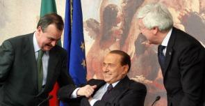 I ministri Paolo Romani e Roberto Calderoli con Silvio Berlusconi