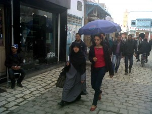 Donne per la strada in Tunisia