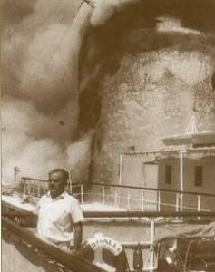 Il Comandante Crevato dirige i soccorsi durante l'incendio della Bianca C