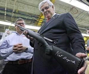 Newt Gingrich con un fucile da lui firmato a Newport il 6 gennaio 2012