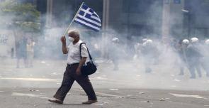 manifestante davanti al parlamento greco