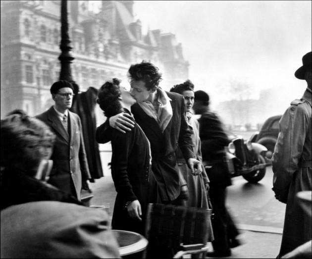 Il Bacio dell'Hotel de Ville - Parigi, 1950 (foto © atelier Robert Doisneau)