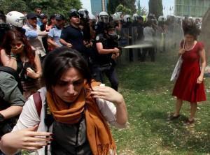 Istanbul, Gezi Park - ragazza in rosso (Fonte: t24)