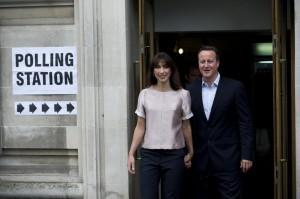 Europee, David Cameron va a votare con la moglie