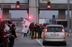 Manifestanti no tav bloccano l'autostrada torino bardonecchia all'altezza del casello
